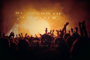 Festivalscene med publikum